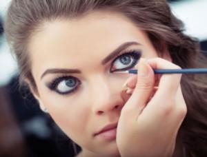 Apply-Eyeliner-Like-Professionals-02